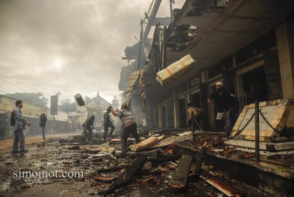 Pedagang mengevakuasi barang dagangannya dari api yang membakar Pasar Klewer, Solo, Jateng, Minggu (28/12).