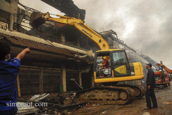 Petugas berupaya memadamkan api yang membakar Pasar Klewer, Solo, Jateng, Minggu (28/12).