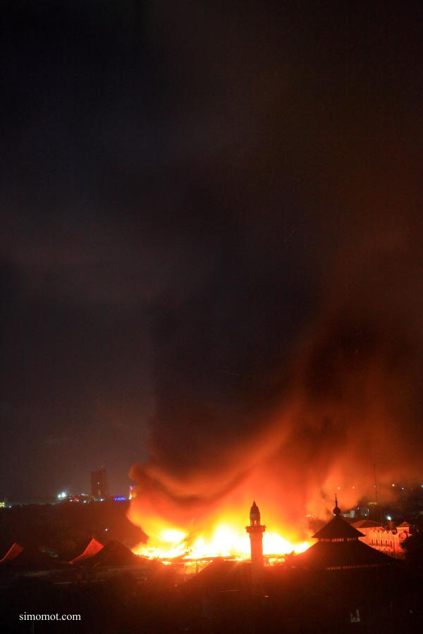 Suasana kebakaran di Pasar Klewer saat dipotret dari salah satu hotel di Solo, Jawa Tengah, Sabtu (27/12) malam.